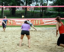 Sehr umkämpft war die Partie der beiden Dannenberger Beachvolleyball-Teams Claudia Grande und Andrea Reimers (v. r. vorne) und Karolin Matthies und Dorina Petersen (v. r. hinten). Aufn.: R. Seide