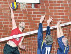 Sebastian Neumann (l.) hat mit dem Henninger SV lange Zeit in der Landesliga Sachsen-Anhalt gespielt. Vor gut zwei Jahren wechselte er mit seinen Mannschaftskameraden zum MTV Dannenberg und greift nun in Niedersachsen am hohen Netz an.