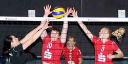 Du kommst hier nicht durch: Mit guter Blockarbeit wie hier von Dorina Petersen (Mitte) und Kathrin Sohr (rechts) wollen es die Volleyballerinnen des MTV Dannenberg ihren Gegnerinnen heute schwer machen. Gewinnt der MTV in eigener Halle seine letzten beiden Saisonspiele, steigt das Team in die Verbandsliga auf. Aufn.: J. Wohlfeil