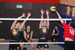Einsatz pur: Moritz Kotschken-Peters (von links), Sebastian Neumann und Oliver Krösch bleiben mit dem MTV Dannenberg in der Volleyball-Verbandsliga. Ein Satzgewinn reichte dem Aufsteiger MTV dafür schon am Sonnabend, den er gleich in seinem ersten Spiel gegen den SV Holdenstedt holte. Gegen den Meister VfL Wolfsburg gewann der MTV sogar noch zwei weitere Sätze und musste sich nur knapp geschlagen geben. Aufn.: A. Koopmann